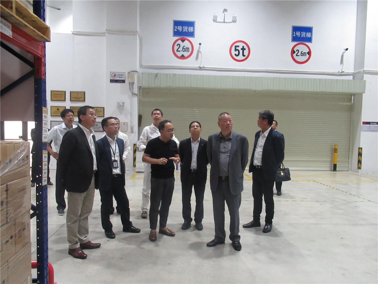 香港高银集团主席潘苏通一行莅临我司前海酒库进行参观考察